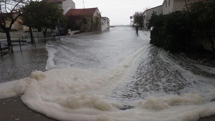 Une rue inondée à Argeles-sur-Mer (Pyrénées-Orientales), le 21 janvier 2020. (RAYMOND ROIG / AFP)