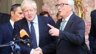 Jean-Claude Juncker et Boris Johnson se serrent la main, le 16 septembre 2019, à Luxembourg (Luxembourg). (FRANCOIS WALSCHAERTS / AFP)