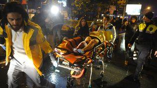 Des ambulanciers évacuent une blessée après l'attaque contre une boîtede nuit d'Istanbul (Turquie), dimanche 1er janvier 2017. (IHLAS NEWS AGENCY / AFP)