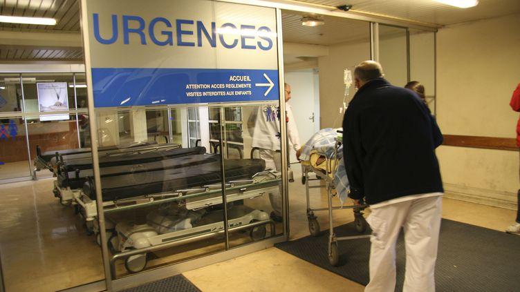 Une personne est transportée aux urgences du CHU Pontchaillou de Rennes (Ille-et-Vilaine), le 10 mai 2006. (PLATRIEZ / BSIP / AFP)