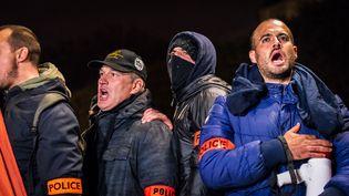 Des policiers manifestent à Paris, le 21 octobre 2016. (SIMON GUILLEMIN / HANS LUCAS / AFP)