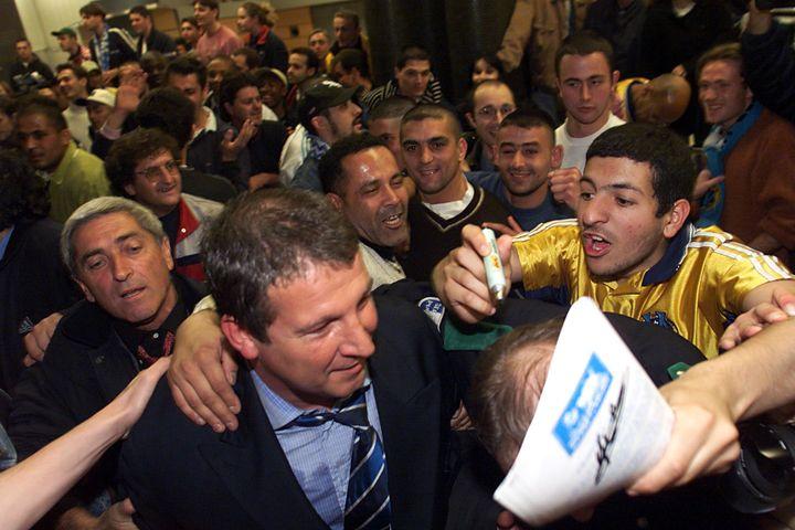 Rolland Courbis, accueilli en héros à Marseille après la qualification en finale de la Coupe UEFA contre Bologne, le 21 avril 1999. (MAXPPP)