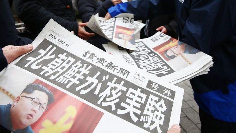 Des Japonais lisent un journal qui revient sur l'essai nucléaire nord-coréen du 6 janvier 2016. Selon la Corée du Nord, il a été couronné de succès. (KAORU TACHIBANA / YOMIURI / THE YOMIURI SHIMBUN)