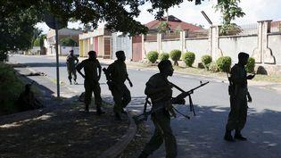 Des soldats de l'armée loyaliste dans les rues de Bujumbura (Burundi), le 14 mai 2015. (GORAN TOMASEVIC / REUTERS)