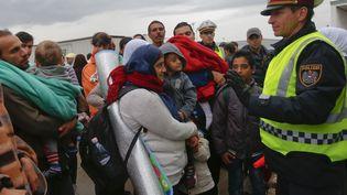 Des migrants attendent un bus, à Nickelsdorf (Autriche), après avoir traversé la frontière avec la Hongrie, le 5 septembre 2015. (LASZLO BALOGH / REUTERS)
