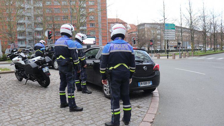 Plusieurs verbalisations à 135 euros ont été imposées à des automobilistes qui ne respectent pas l'obligation de confinement pour prévenir le coranovirus. (FRANCOIS CORTADE / FRANCE-BLEU NORD)