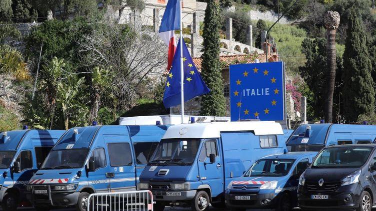 Des véhicules de police à la frontière franco-italienne à Menton, côté France, le 8 mars 2020. (VALERY HACHE / AFP)