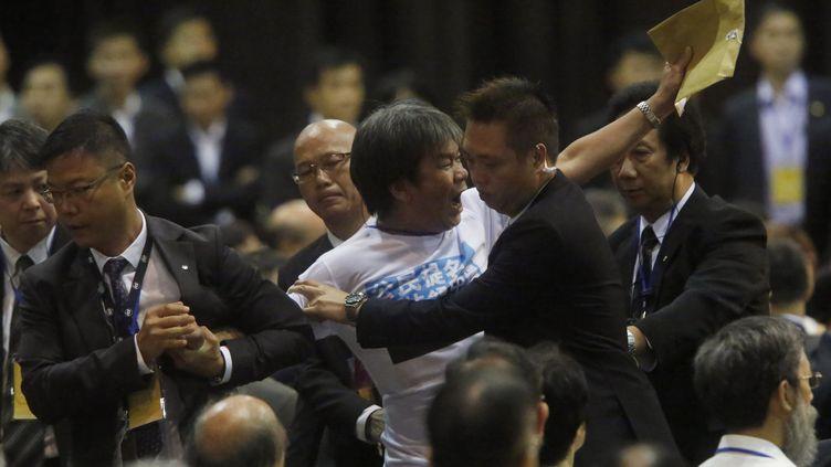 Leung Kwok-hung, député hongkongais, lors de son expulsionde la salle, alors qu'il protestait contre la venue de Li Fei, haut-responsable chinois venu défendre la réforme politique que Pékin veut imposer à Hong Kong (Chine), le 1er septembre. (BOBBY YIP / REUTERS)