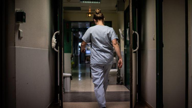 Une infirmière dansle couloir d'une maternité àl'hôpital des Diaconesses, à Paris, le 17 novembre 2020. (MARTIN BUREAU / AFP)