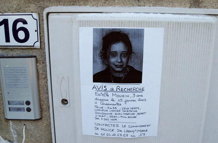 Un avis de recherche d'Estelle Mouzin placardé à Guermantes (Seine-et-Marne). (JEAN AYISSI / AFP)