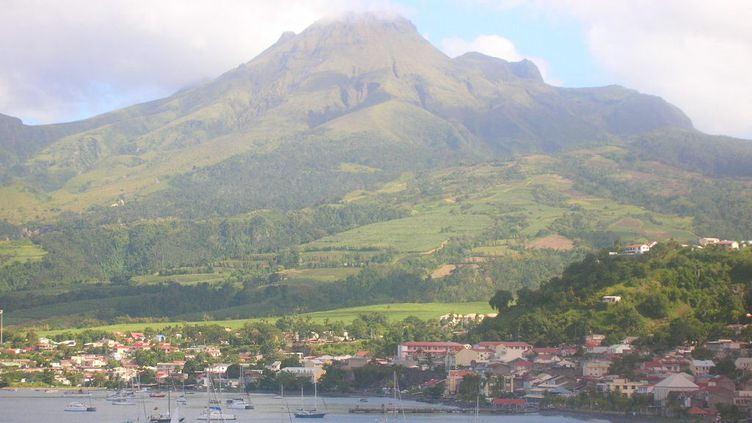 La ville de Saint-Pierre et la montagne Pelée en Martinique (photo d'illustration). (VINCENT PILLET / RADIOFRANCE)