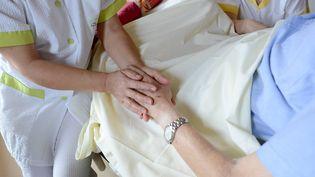 Dans une unité de soins palliatifs de la clinique privée Saint-Laurent, à Saint-Grégoire (Ille-et-Vilaine), le 18 décembre 2012. (  MAXPPP)