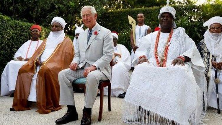 Charles, prince de Galles, et des chefs coutumiers au Nigeria, le 6 novembre 2018. (AFOLABI SOTUNDE / POOL / AFP)