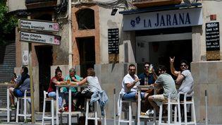 Des personnes en terrasse à Tarragone (Catalogne), en mai 2020. (LLUIS GENE / AFP)