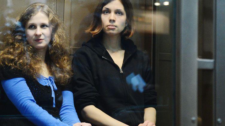 Maria Alekhina(G) et Nadejda Tolokonnikova, du groupe Pussy Riot, lors du procès qui a confirmé leur peine de deux ans de camp, le 10 octobre 2012, à Moscou (Russie). (NATALIA KOLESNIKOVA / AFP)
