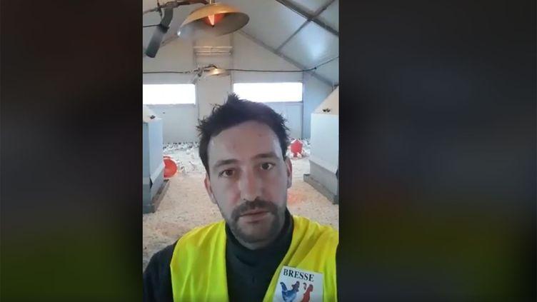 Aloïs Gury, éleveur de volaille à Montrevel-en-Bresse (Ain), interpelle Emmanuel Macron sur la situation difficile des agriculteurs. (capture d'écran Facebook)