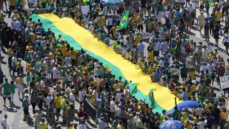 Une manifestation réclamant la destitution de Dilma Roussef, à Rio de Janeiro (Brésil), le 16 août 2015. (TASSO MARCELO / AFP)