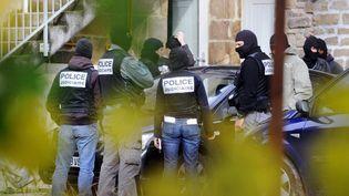 Des officiers de police judiciaire le 11 novembre 2008 à Tarnac (Corrèze), après des dégradations commises sur une ligne TGV. (THIERRY ZOCCOLAN / AFP)