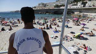 Un maître-nageur sauveteur surveille les baigneurs sur une plage de Marseille (Bouches-du-Rhône), le 10 juillet 2018. (MAXPPP)