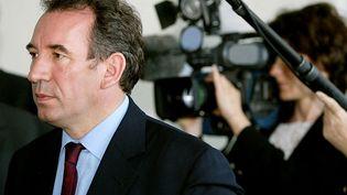 François Bayrou, président et candidat de l'UDF à l'élection présidentielle de 2002, parcourt les couloirs du service des urgences à l'hôpital de Mulhouse-Moenschberg le 08 avril 2002, dans le cadre de sa campagne électorale lors d'un visite d'une journée en Alsace. (PIERRE ANDRIEU / AFP)
