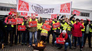 """Des millions desalariés dans l'industrie alllemande, menés par le syndicat IG Metall, sont en grève mercredi 31 janvier pour demander le passage à la semaine de 28 heures au lieu de 35 heures. Ci-contre, des membres du syndicats brandissent une pancarte où l'on peut lire """"35 heures, assez"""". (SOPHIA KEMBOWSKI / DPA)"""
