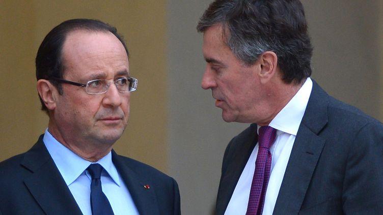 François Hollande et Jérôme Cahuzac, alors ministre délégué au Budget, le 4 janvier 2013, sur le perron de l'Elysée. (MIGUEL MEDINA / AFP)