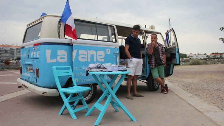 Bastien Régnier et Karl Simler installent la caravane desJeunes Républicains, mardi 11 août 2015, àSaint-Gilles-Croix-de-Vie (Vendée). (CLEMENT PARROT / FRANCETV INFO)