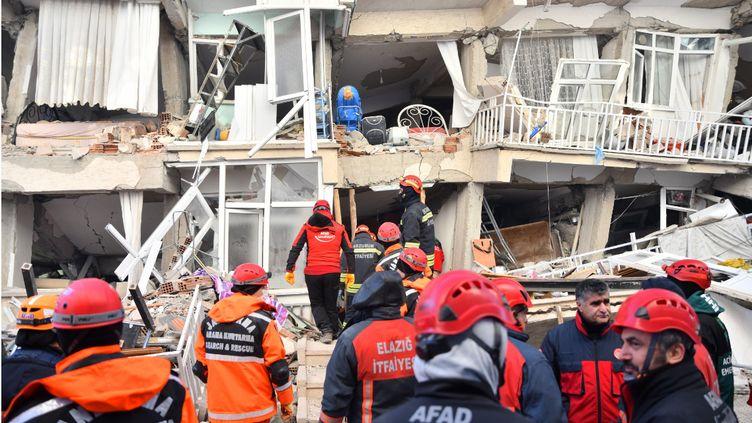 Des secouristes cherchent des survivants le 25 janvier 2020, après le séisme survenu à Elazig (Turquie). (KEREM KOCALAR / ANADOLU AGENCY / AFP)