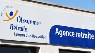 Une photo du logo de l'Assurance-retraite du Languedoc-Roussillon prise le 22 mars 2019 dans la ville de Le Cres. (PASCAL GUYOT / AFP)