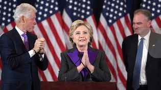 Hillary Clinton est apparue sur la scène d'un hôtel de Manhattan à New York face à ss supporters, le 9 novembre 2016 (JEWEL SAMAD / AFP)