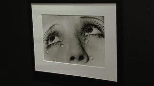 Première rétrospective consacrée à Man Ray depuis 20 ans, l'exposition propose 220 toiles et photographies retraçant l'immense oeuvre de l'artiste américain disparu en 1976 à Paris.  (Culturebox - capture d'écran)