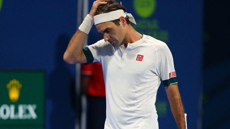 Roger Federer lors de son match avec Nikoloz Basilashvili de Géorgie au Qatar ExxonMobil Open au complexe international de tennis et de squash Khalifa dans la capitale qatari Doha, le 11 mars 2021. (SAMER AL-REJJAL / QATAR TENNIS FEDERATION)