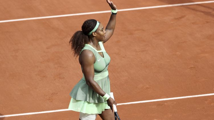 Serena Williams célèbre savictoire au troisième tour de Roland-Garros 2021, le 4 juin. (JEAN CATUFFE / JEAN CATUFFE)
