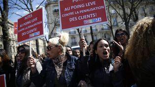 Des prostitués manifestent contre la pénalisation de leurs clients, près de l'Assemblée nationale, à Paris, le 6 avril 2016. (THOMAS SAMSON / AFP)