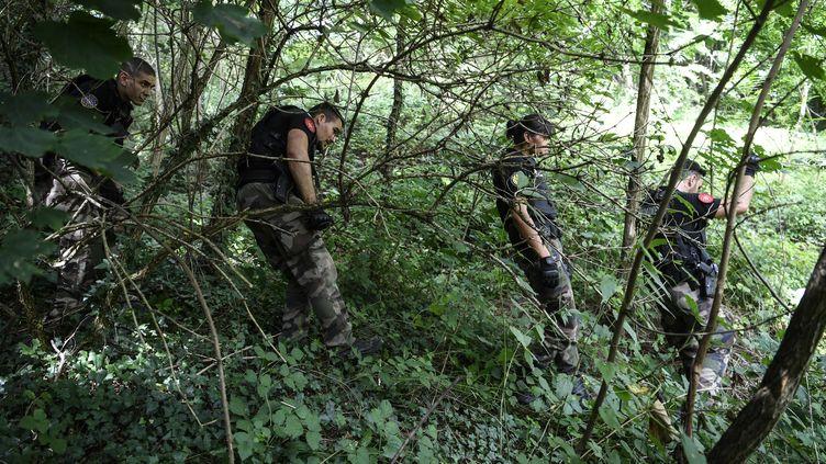 Des gendarmes effectuent des recherches dans la disparition de la petite Maelys, à Pont-de-Beauvoisin (Isère). (PHILIPPE DESMAZES / AFP)