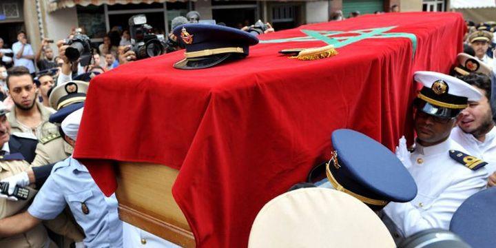 Funérailles du lieutenant Yassine Bahti, pilote du F16 marocain qui s'est écrasé lors d'une mission au Yémen, le 20 mai 2015, au cimetière Al-Shuhada de Casablanca. (Abdelmajid El Bidaoui Errifi/AGENCE ANADOLU/AFP)