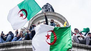 Des manifestants se sont également hissés sur la statue de la place de la République. (LAURE BOYER / HANS LUCAS / AFP)