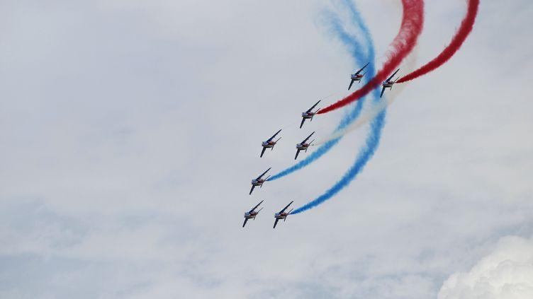 La patrouille de France, le 7 juin 2014, à Arromanches-les-Bains (Calvados) pour les commémorations du 6 juin 1944. (CHARLY TRIBALLEAU / AFP)