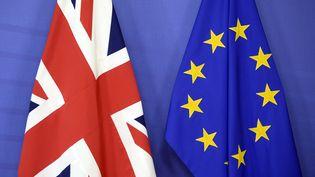 Les drapeaux britannique et européen. (THIERRY CHARLIER / AFP)