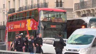 Un différend a tourné au drame à Paris mardi 28 mai. Le conducteur d'un bus touristique a écrasé un automobiliste. (FRANCE 3)