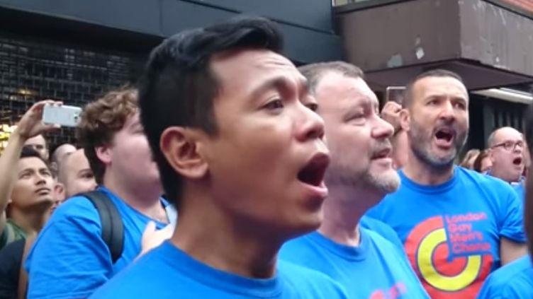 "Capture écran de la vidéo Youtube de Rebecca H, de la London Gay Men's choir, reprenant ""Bridge over trouled water"", lundi 13 juin 2016. (REBECCA H)"