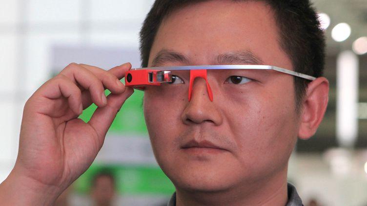Un homme essaie des Google Glass, les lunettes connectées de Google, àShenzhen (Chine), le 29 novembre 2014. (RI XI / IMAGINECHINA / AFP)
