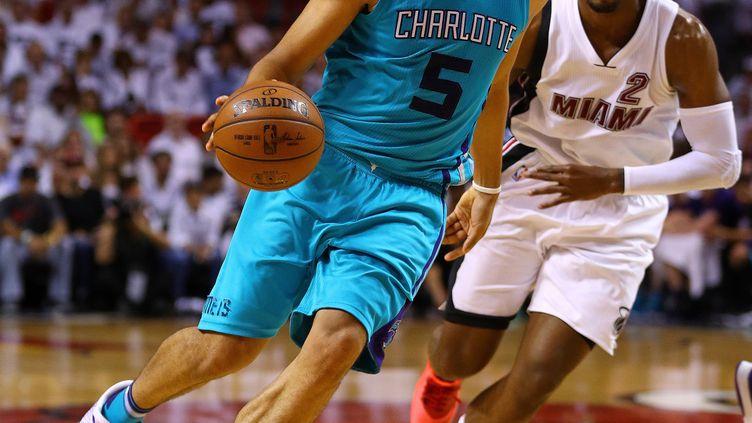 Nicolas Batum (Charlotte Hornets) face à Joe Johnson (Miami Heat) (MIKE EHRMANN / GETTY IMAGES NORTH AMERICA)