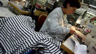 Une employée de plus de 55 ans travaille dans un atelier de confection à Quimper (Finistère). (FRED TANNEAU / AFP)