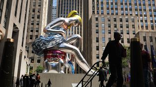 "La ""Seated Ballerina"" (""Danseuse assise"") de Jeff Koons au coeur de Manhattan.  (SPENCER PLATT / GETTY IMAGES NORTH AMERICA / AFP)"