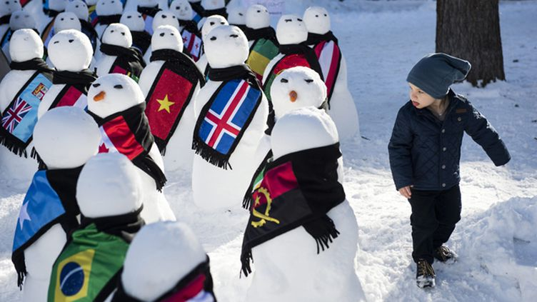 (193 bonhommes de neige édifiés à Davos pour protester contre les inégalités, une des seules manifestations organisées cette année © Maxppp)