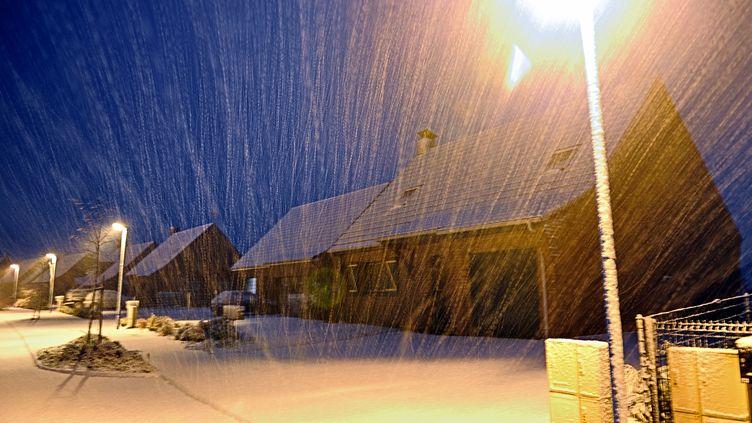 La neige tombe àGodewaersvelde (Nord), le 12 janvier 2013. (PHILIPPE HUGUEN / AFP)