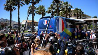 Le bus des joueurs français arrive à leur hôtel à Marseille, le 14 juin 2016, à la veille de leur match contre l'Albanie. (FRANCK FIFE / AFP)