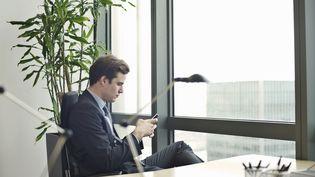 """Un employeur peut consulter les SMS de son salarié à partir du moment où ils sont présents sur un téléphone fourni par l'entreprise, à moins qu'ils ne soient explicitement marqués """"personnel"""". (ANDY SMITH / CULTURA CREATIVE)"""