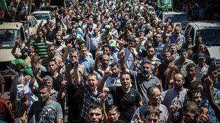 Des centaines de Palestiniens favorables au hamas ont manifesté à Gaza, le 7 août 2014. (EZZ ZANOUN / ANADOLU AGENCY / AFP)